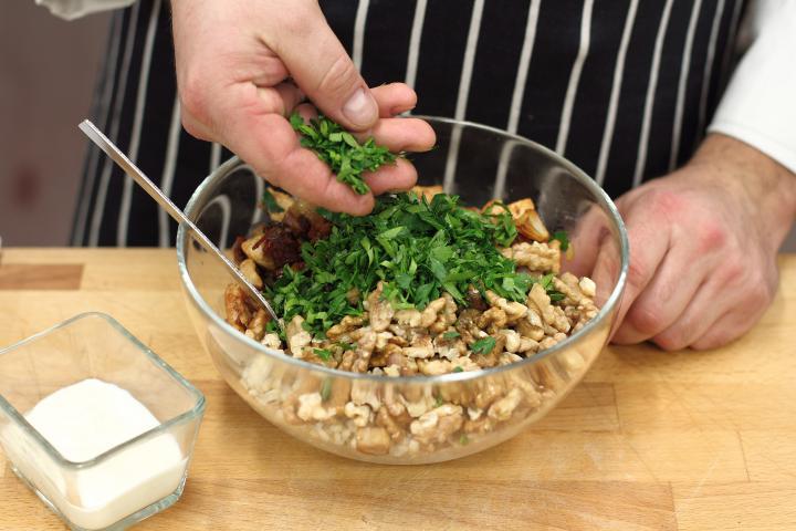 Sütőtálas csirke kéksajttal és dióval elkészítés 2. lépés képe