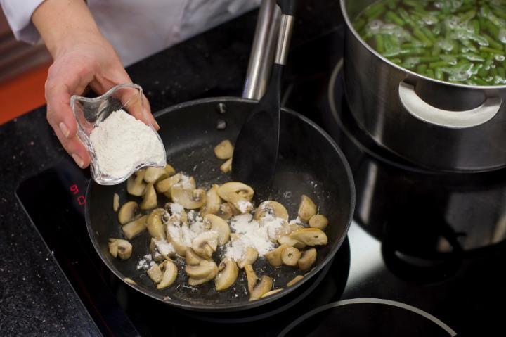 Tejfölös zöldbableves gombával és paradicsommal elkészítés 4. lépés képe