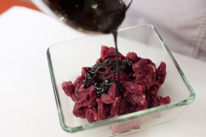 Marhahús gyömbérrel és zöldségekkel elkészítés 1. lépés képe