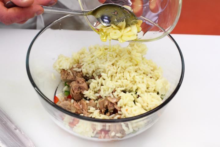 Tonhalas rizssaláta elkészítés 4. lépés képe