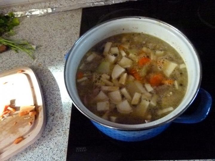 Nagyi gezemice levese pulykaaprólékból, borsóval elkészítés 3. lépés képe