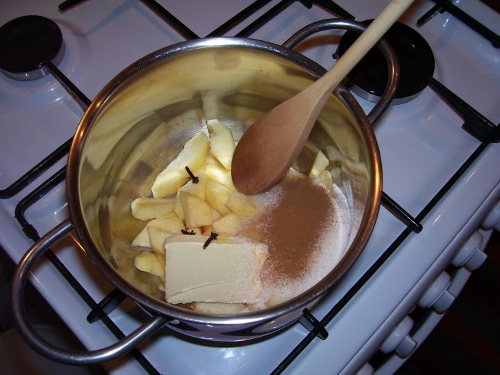 Almás-meggyes gyümölcsleves elkészítés 1. lépés képe