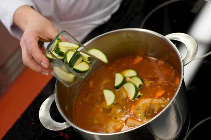 Spanyol kolbászos, zöldséges leves elkészítés 5. lépés képe