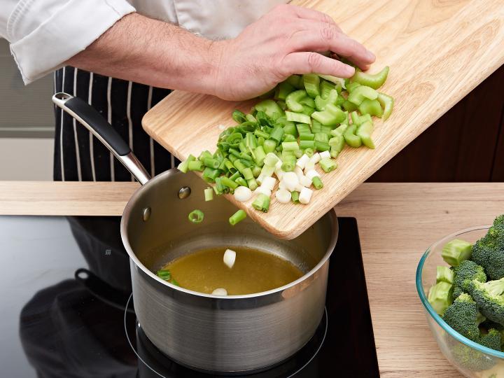 Brokkoli krémleves elkészítés 2. lépés képe