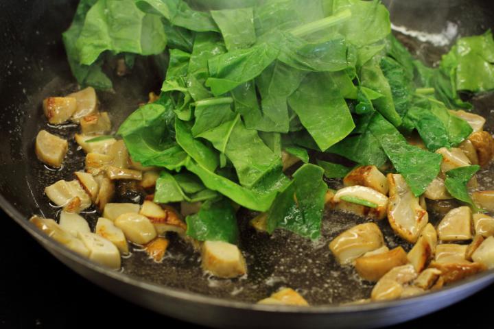 Sertésszűz tekercs erdei gombákkal, spenóttal és burgonyagolyókkal elkészítés 2. lépés képe