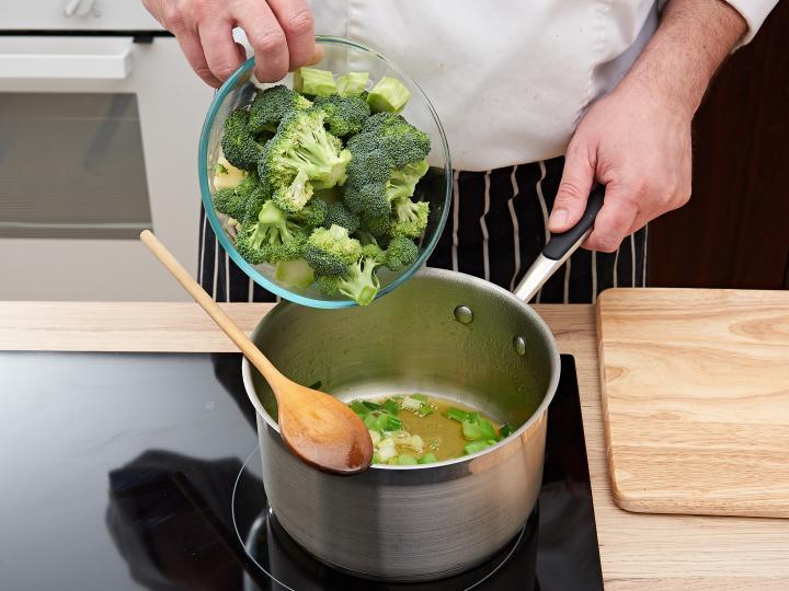Brokkoli krémleves elkészítés 3. lépés képe