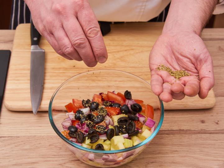 Görög saláta elkészítés 3. lépés képe