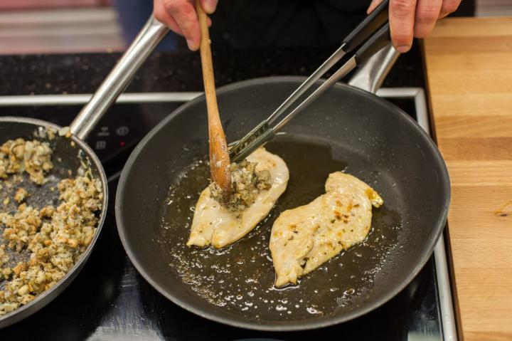 Serpenyős sült csirkemell kéksajtos kéregben elkészítés 3. lépés képe