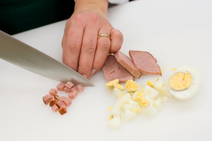 Főtt karfiol sonkás, tojásos fehér mártással elkészítés 4. lépés képe
