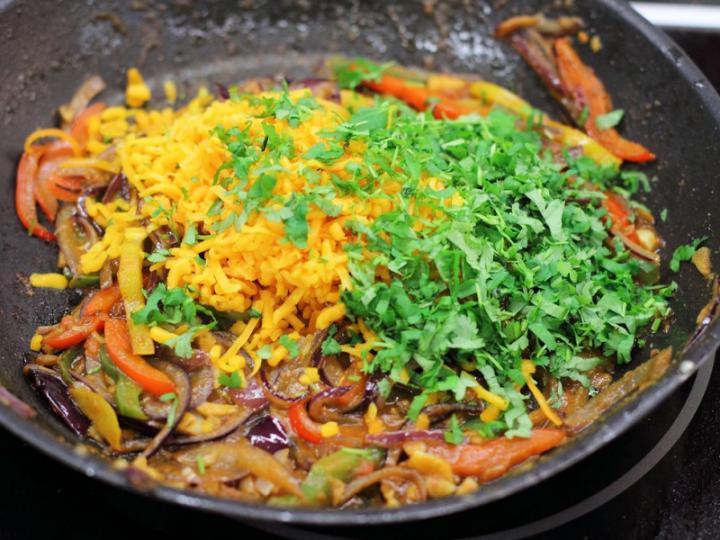 Tortilla tekercsek paprikával töltve elkészítés 5. lépés képe