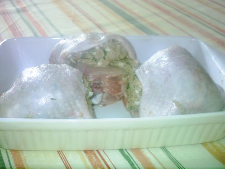 Töltött csirke, hagymás burgonyával, vegyes savanyúsággal elkészítés 1. lépés képe