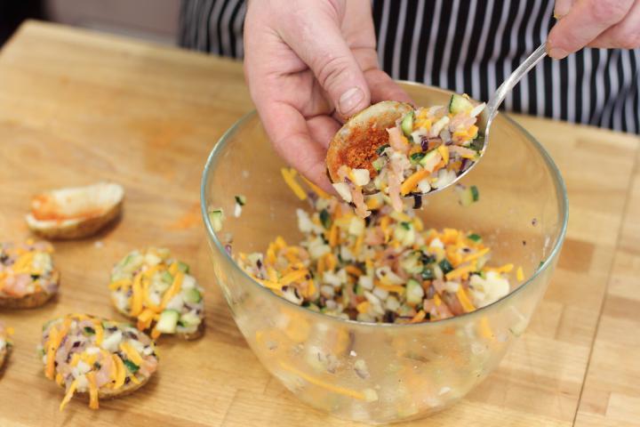 Ropogós krumplihajók cukkinivel és füstölt lazaccal töltve elkészítés 3. lépés képe
