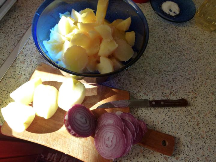 Krumplisaláta lilahagymával és almával elkészítés 2. lépés képe