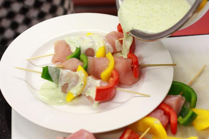 Csirkesaslik fokhagymás joghurtban pácolva elkészítés 3. lépés képe