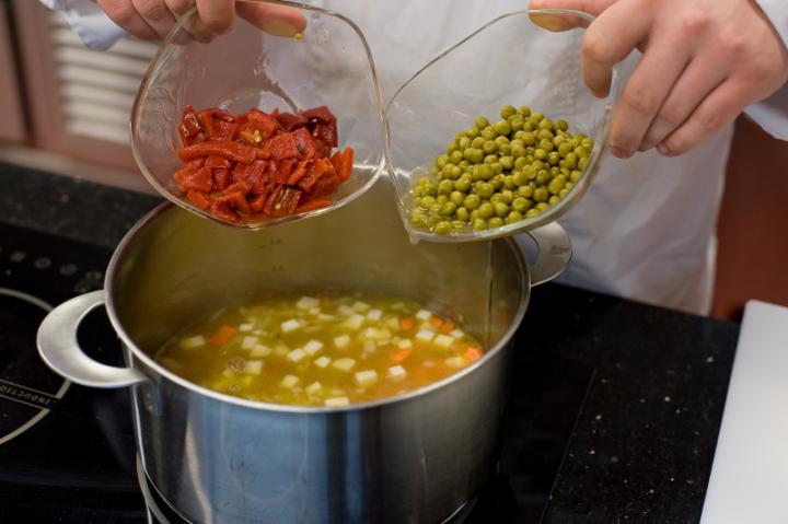 Zöldségleves paprikával elkészítés 2. lépés képe
