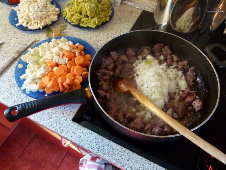 Zöldbabos gulyásleves elkészítés 2. lépés képe