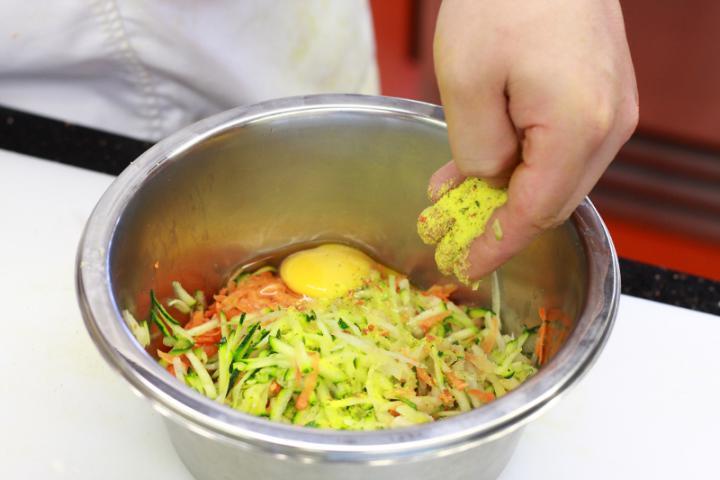 Zöldség tócsni elkészítés 1. lépés képe