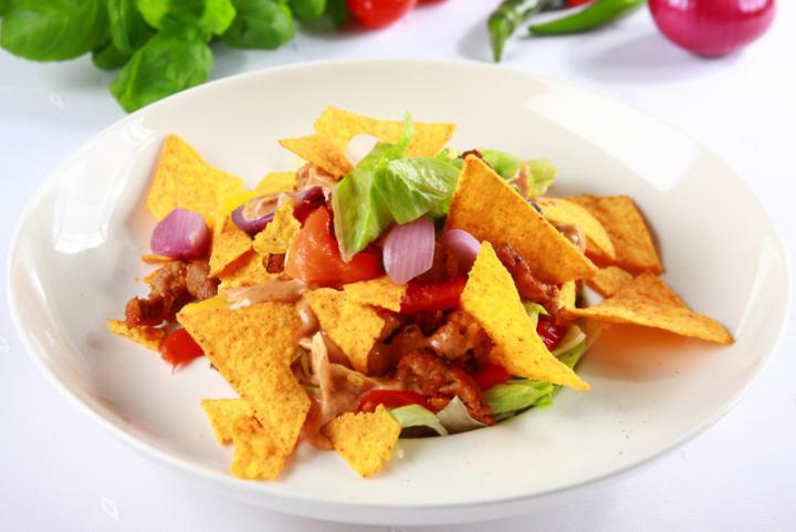 Gyros saláta tortilla chipsszel elkészítés 5. lépés képe