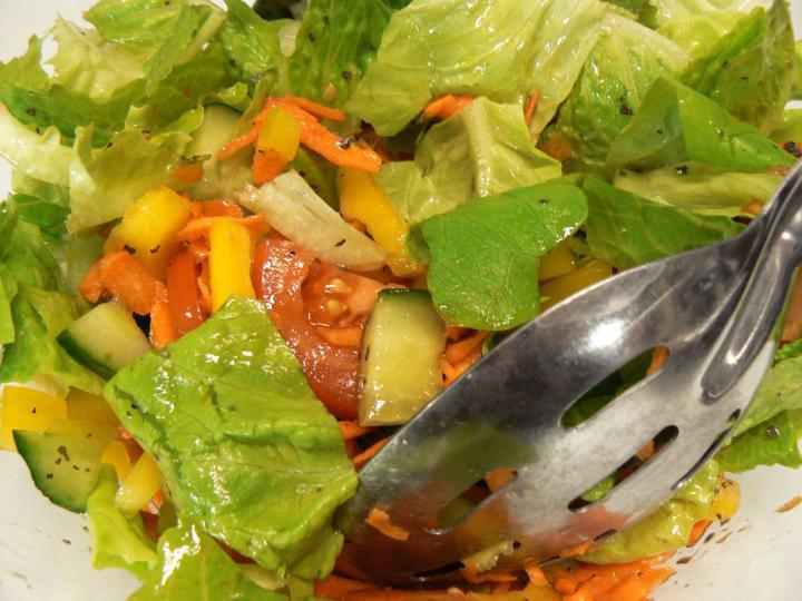 Vegyes tavaszi saláta elkészítés 4. lépés képe