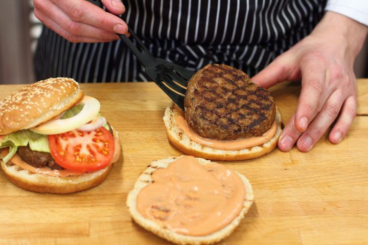 Klasszikus hamburger elkészítés 4. lépés képe