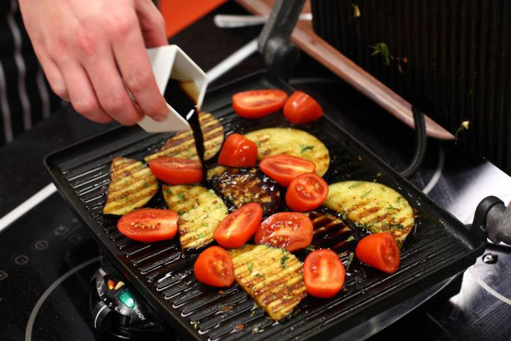 Grillezett padlizsán balzsamecettel, feta sajttal és mentával elkészítés 3. lépés képe