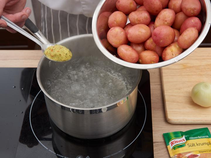 Hagymás pirított újkrumpli elkészítés 1. lépés képe