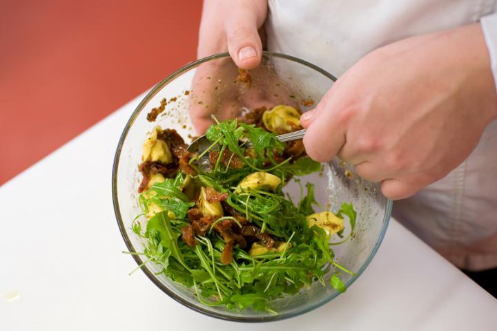 Saláta tortellinivel elkészítés 5. lépés képe