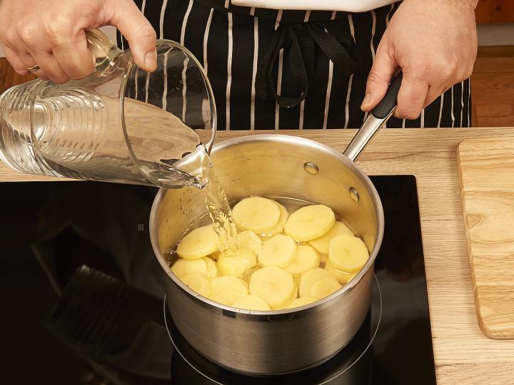 Tejfölös krumplifőzelék elkészítés 1. lépés képe