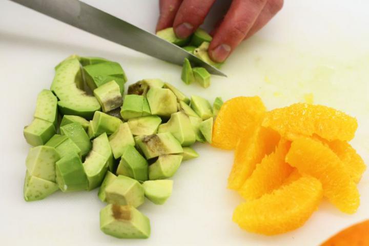 Saláta fetával, baconnel és avokádóval elkészítés 2. lépés képe