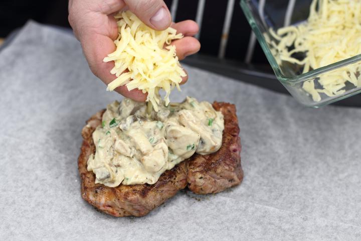 Rostélyos steak gombával és sajttal sütve elkészítés 3. lépés képe
