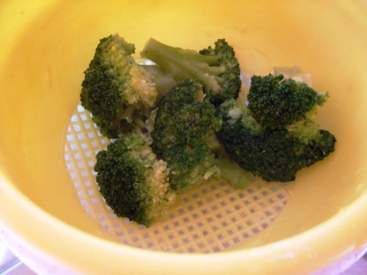 Brokkolis kukoricalepénykék elkészítés 2. lépés képe