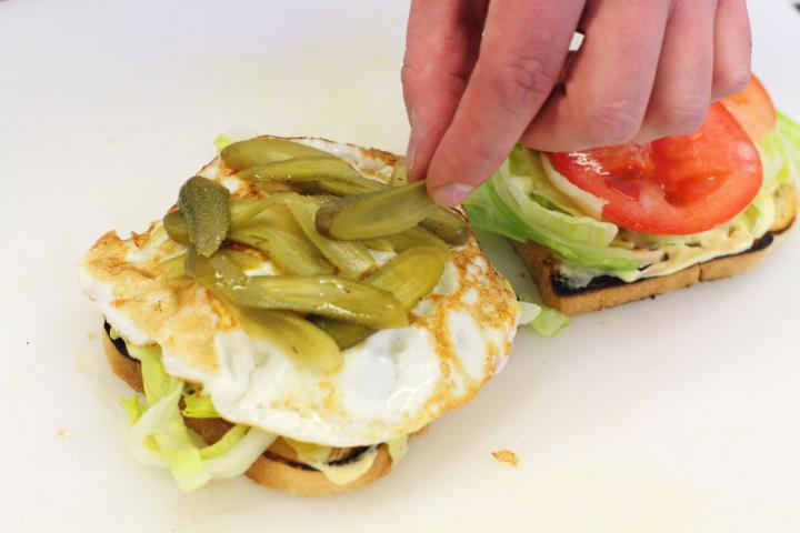 Club sandwich csirkével, baconnel és tojással elkészítés 5. lépés képe