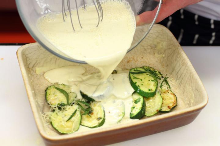 Sajttal és tejföllel sütött cukkini elkészítés 6. lépés képe