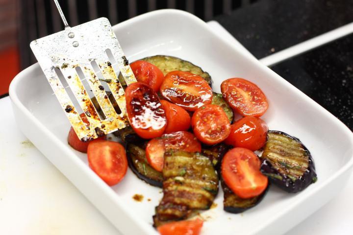 Grillezett padlizsán balzsamecettel, feta sajttal és mentával elkészítés 4. lépés képe
