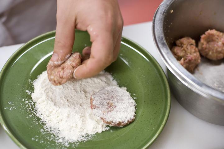 Fasírt pirított hagymával elkészítés 2. lépés képe