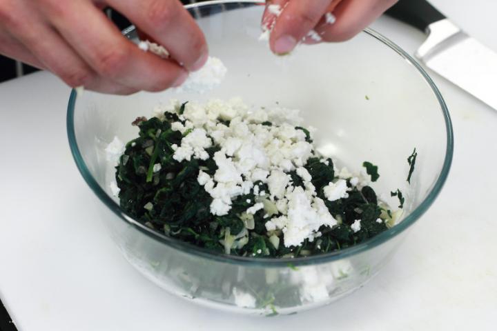 Spenóttal és feta sajttal töltött pirog elkészítés 4. lépés képe