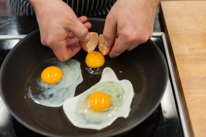 Hamburger tükörtojással és pirított gombával elkészítés 4. lépés képe