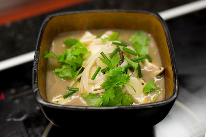 Ázsiai gombaleves üvegtésztával és csirkével elkészítés 5. lépés képe