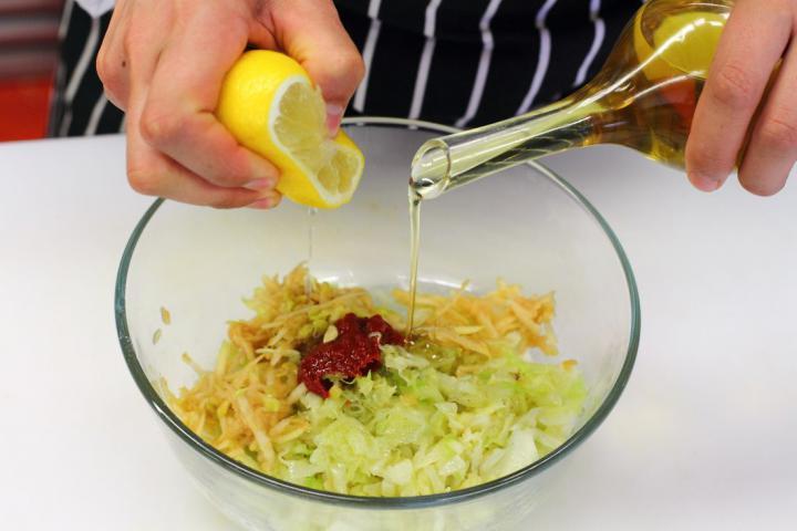 Spanyol kelkáposzta saláta elkészítés 2. lépés képe