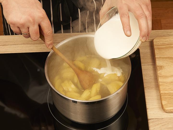 Tejfölös krumplifőzelék elkészítés 3. lépés képe