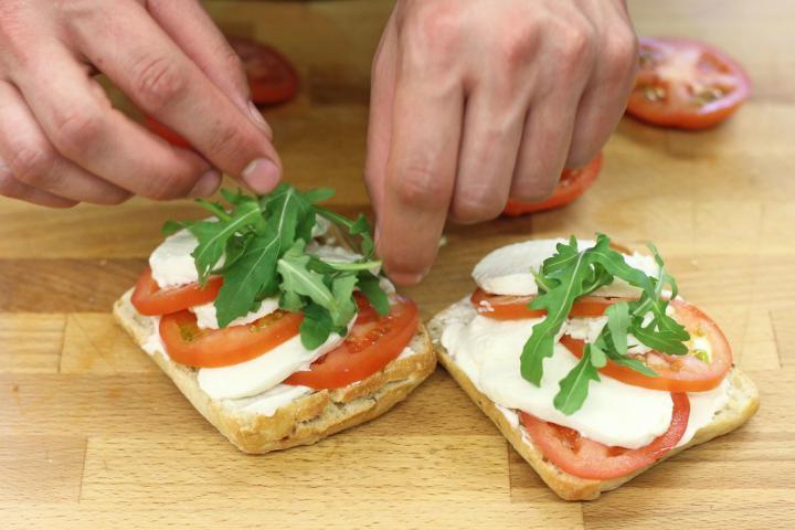 Paradicsomos, mozzarellás szendvics elkészítés 3. lépés képe