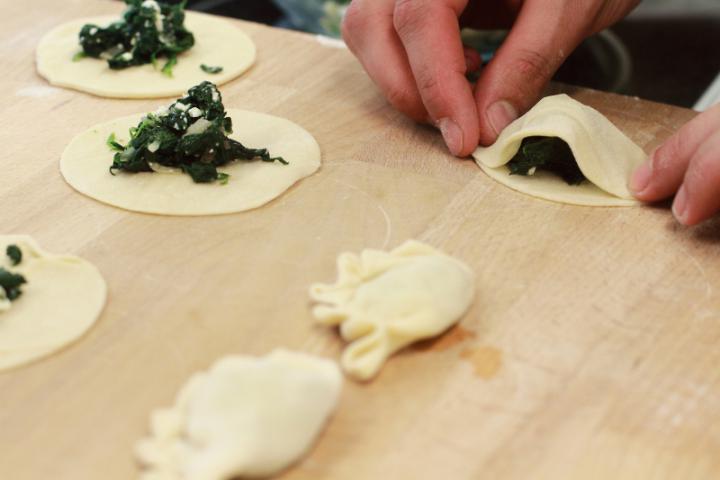 Spenóttal és feta sajttal töltött pirog elkészítés 5. lépés képe