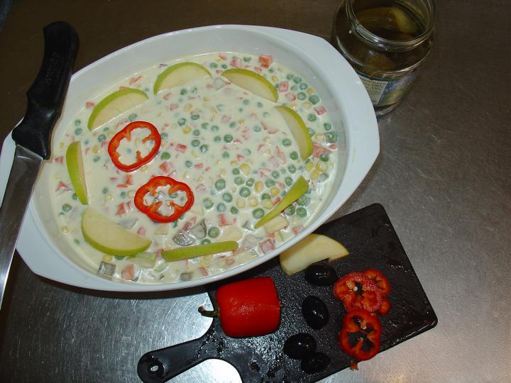 Tartár mártásos franciasaláta csemege uborkával és almával elkészítés 1. lépés képe