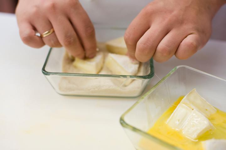 Rántott camembert sajt zöldsalátával elkészítés 1. lépés képe