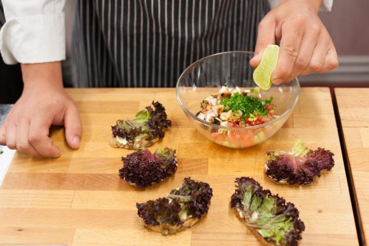 Mini szendvicsek grillezett csirkével és avokádóval elkészítés 3. lépés képe
