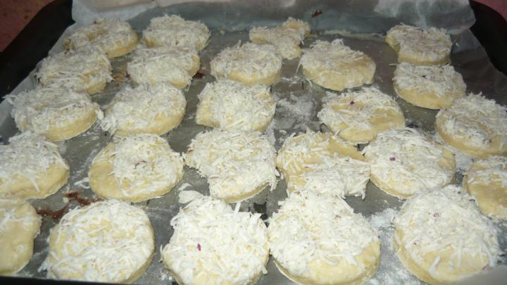 Lilahagymás pogácsa elkészítés 3. lépés képe