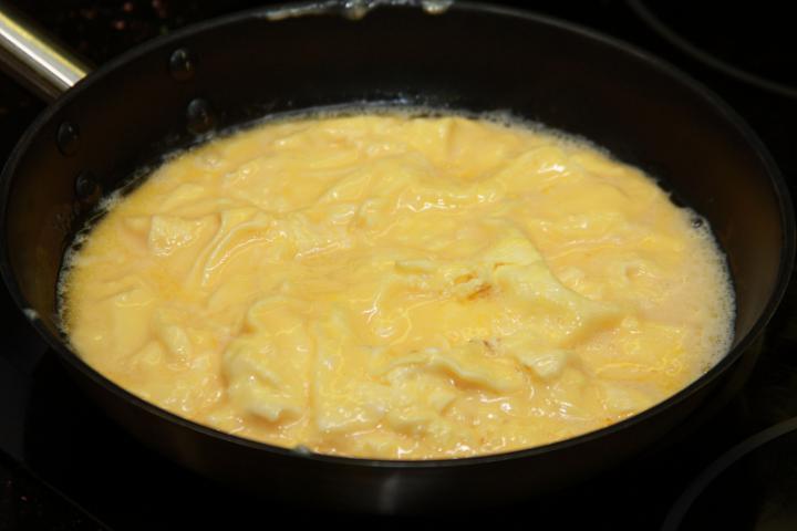Omlett sonkával és paprikával elkészítés 2. lépés képe