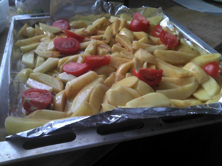 Sült makréla mediterrán burgonyával elkészítés 3. lépés képe