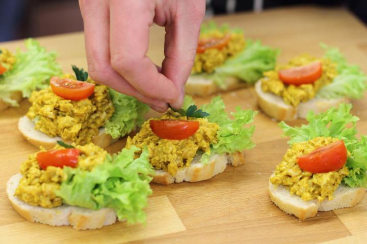 Currys csirkés szendvics elkészítés 3. lépés képe