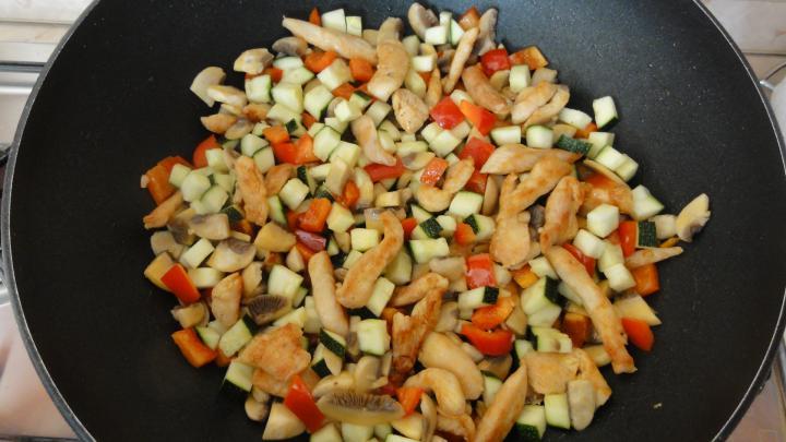 Tejszínes - cukkinis - csirkés penne elkészítés 3. lépés képe